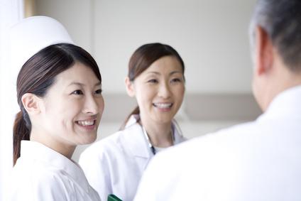 談笑する医師と看護師