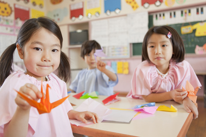 折り鶴を手に持つ女の子