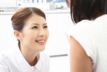 患者に話し掛ける看護師